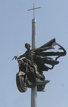Памятник получился красивый.  Мотоцикл на высоком бетонном столбе, а на нем - молодой человек, раскинувший руки.