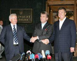 Віктор Ющенко, Віктор Янукович та Олександр Мороз демонструють журналістам, що компроміс у питанні дострокових виборів - досягнуто. Київ, 27 травня