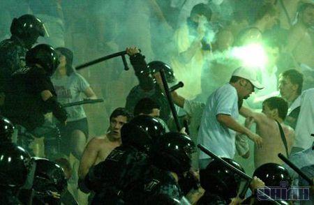 """Святкуючи перший гол у ворота """"Шахтаря"""", фани """"Динамо"""" запалили декілька фаєрів, після чого їх атакували бійці """"Беркута"""""""
