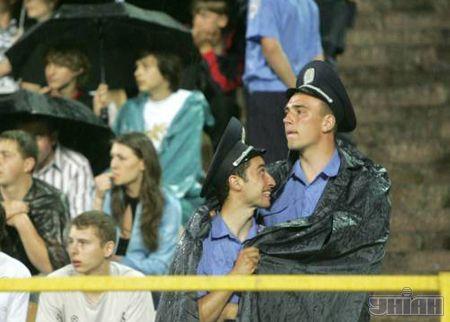 Кияни ховалися від дощу під парасольками. А міліціонерам що залишалось?.. Один за всіх і всі за одного