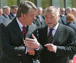 Виктор Ющенко и Президент Республики Хорватия Степан Месич общаются во время официального визита Президента Украины в Хорватию. Загреб, 31 мая