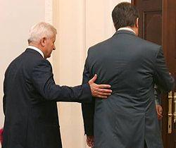Виктор Янукович и Александр Мороз заходят в один из залов Кабмина. Киев, 1 июня