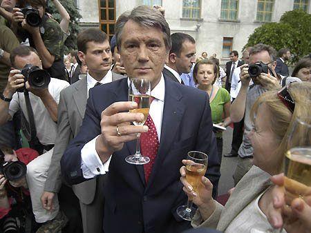 Ющенко выпивает со своей женой
