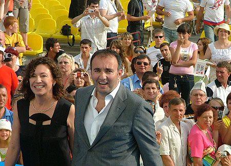 Председателю опекунского совета «Кинотавра» Александру Роднянскому и его жене на звездной дорожке солнце в глаза светило так, что оставалось показать лишь зубы