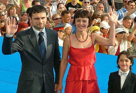 Олег Кохан, продюсер фильма Киры Муратовой «Два в одном» и главная героиня Наталия Бузько, того же фильма заметно волновались. По-видимому, еще не могут привикнуть к такому вниманию