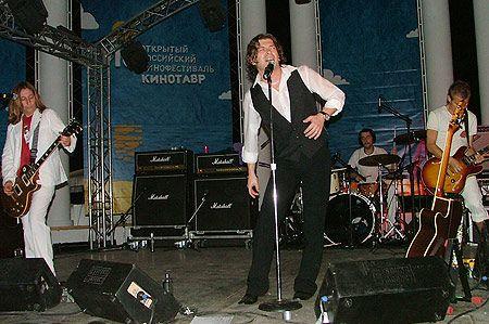 На закрытой вечеринке по случаю открытия фестиваля пела рок-группа «Би-2». Ребята себя для звездной публики не жалели. Потели и пели без перерыва