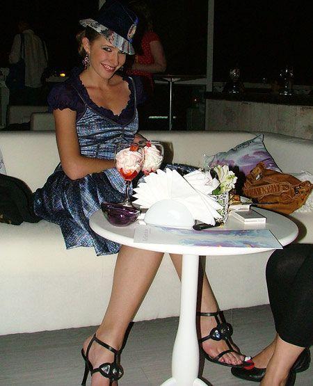 Катя в перерыве между преследованием людей - десертами не гнушалась...