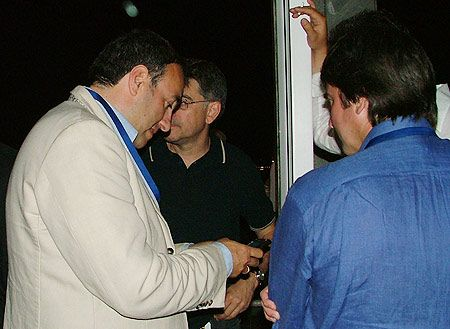 Александр Роднянский также немножко пришел на вечеринку, но так все время простоял  в углу с телефоном
