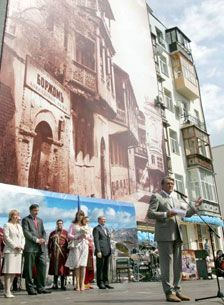 Президенти України Віктор Ющенко та Грузії Михайло Саакашвілі під час церемонії відкриття пам'ятника Шота Руставелі в Києві, 7 червня 2007 р.