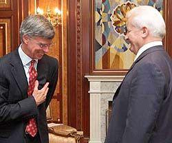 Олександр Мороз та Вільям Тейлор вітають один одного перед початком офіційної зустрічі. Київ, 11 червня