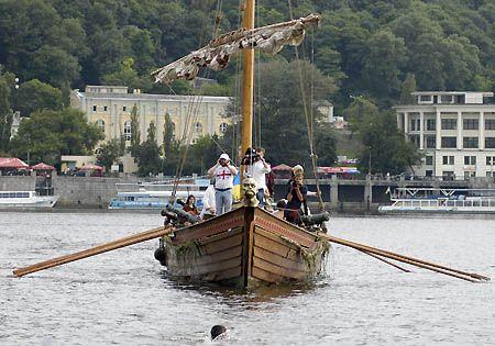 Поки козацька чайка не прийшла на веслах і з залпом, на неї очікували довгенько