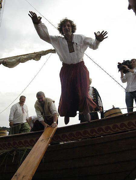 """Хлопці з козацької залоги дотримувалися традицій пращурів. Навіть з судна на берег """"виходили"""" відповідно"""