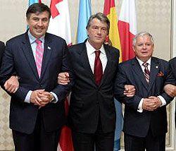 Михаил Саакашвили, Виктор Ющенко и Лех Качиньский  во время встречи руководителей государств в формате ГУАМ в Баку. 18 июня
