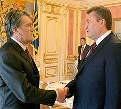 Виктор Ющенко и Виктор Янукович здороваются во время встречи. Киев, 20 июня