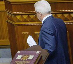 Александр Мороз покидает трибуну после закрытия сессии Верховной Рады. Киев, 27 июня