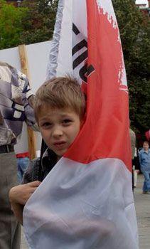 Хлопчик тримає прапор БЮТ під час акції протесту проти затвердження на сесії міської ради нової редакції Статуту громади Харкова біля приміщення міської ради, 4 липня 2007 р.