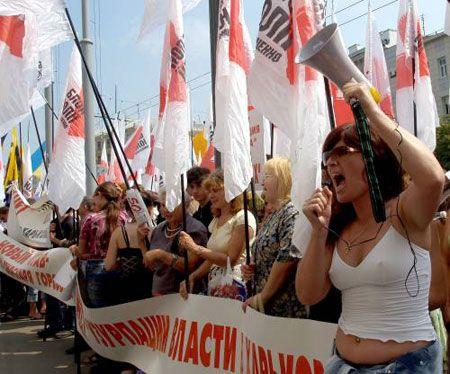 Активісти БЮТ під час акції протесту проти затвердження на сесії міської ради нової редакції Статуту громади Харкова біля приміщення міської ради, 4 липня 2007 р.