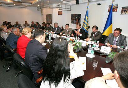 """Ющенко називав присутніх """"мужніми людьми"""" та """"великими політиками"""". Зібрання уважно слухало..."""
