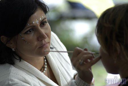 Або, скажімо, зробити традиційний індійський макіяж
