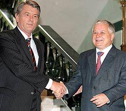 Виктор Ющенко и Лех Качиньский здороваются во время встречи в с. Гута Ивано-Франковской области. 9 июля