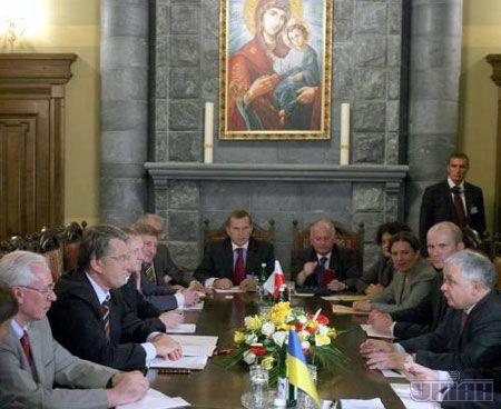 Президент України Віктор Ющенко і Президент Польщі Лех Качинський під час зустрічі у с. Гута на Івано-Франківщині 9 липня обговорили деталі підготовки і проведення фінальної частини футбольного чемпіонату Євро-2012.