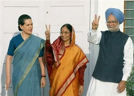 Соня Ганди, Пратибха Патил и премьер-министр Манмохан Сингх. Photo Reuters