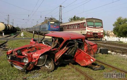 """Розбитий автомобіль """"москвич"""" стоїть на рейках залізничної станції Васильків в селі Калинівка, 23 липня 2007 р."""
