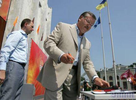 """Анатолій Гриценко підписує заяву під час відкриття Всеукраїнської акції """"Старт збору підписів за скасування депутатської недоторканності"""", ініціатором якої є блок """"НУ-НС"""". 24 липня 2007 р."""