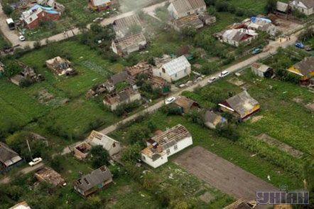 Зруйновані ураганом будинки у районному центрі Волинської обл. м. Турійську, 24 липня 2007 р.
