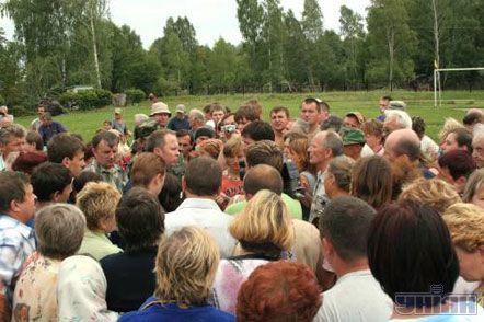 Міністр з питань надзвичайних ситуацій Нестор Шуфрич зустрічається з місцевими жителями після урагану, у районному центрі Волинської обл. м. Турійську, 24 липня 2007 р.
