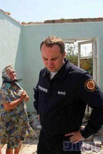 Нестор Шуфрич і місцева жителька у зруйнованому ураганом будинку в селі Сілець Волинської області, 24 липня 2007 р.