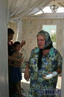 Місцеві жителі в зруйнованому ураганом власному будинку в с. Сілець Волинської обл., 24 липня 2007 р.