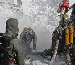Сотрудники МЧС гасят пожар, который возник при подъеме цистерн с желтым фосфором на месте техногенной катастрофы на Львовщине. 23 июля