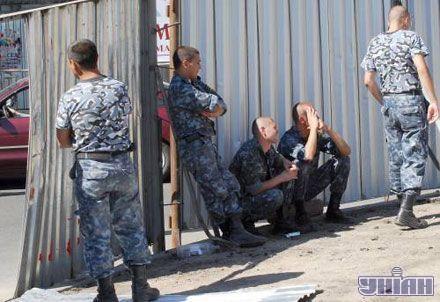 Відсунуті охоронці спостерігають за мітингом активістів Українського козацтва, які протестують проти встановлення пам'ятника російській імператриці Катерині II, в центрі Одеси, 26 липня 2007 р.