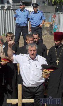 Активісти Українського козацтва встановили освячений хрест на місці, де вони вимагають збудувати козачу церкву замість планованого пам'ятника російській імператриці Катерині II, в центрі Одеси, 26 липня 2007 р.