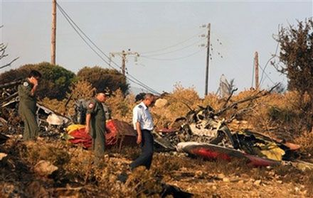 Пожежний літак вдарився в диму у схил гори на о. Евбея, Греція; обидва льотчики загинули. (AP Photo)