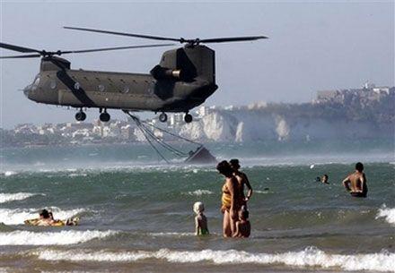 Гелікоптер італійських ВМС набирає воду на Адріатичному узбережжі. (AP Photo)