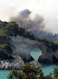 Вогонь і дим поблизу м. Пескічі (півострів Гаргано на Адріатичному узбережжі Італії), де сотні туристів і місцевих жителів змушені були залишити будинки при наближенні сильної пожежі. (AP Photo)