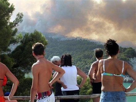 Пожежа поблизу м. Пескічі (півострів Гаргано на Адріатичному узбережжі Італії), де сотні туристів і місцевих жителів змушені були залишити будинки при наближенні сильної пожежі. (AP Photo)