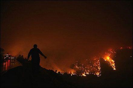 Пожежники гасять вогонь у Національному парку Гора Парніта, за 20 км на північний захід від Афін. (Photo AFP)
