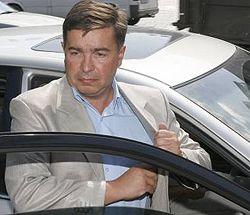 Тарас Стецькив садится в авто после пресс-конфереции в УНИАН. Киев, 27 июля