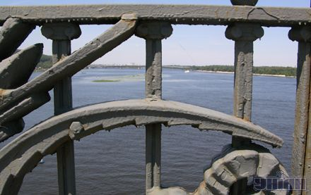 Ось вона, середина. З моста Патона