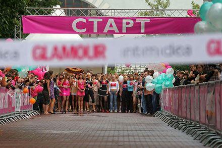 """28 липня 2007 р. в п`ятьох містах Росії відбувся """"Забіг на шпильках"""". За умовами змагання учасниці мали пробігти сто метрів на підборах не нижче 9 сантиметрів."""