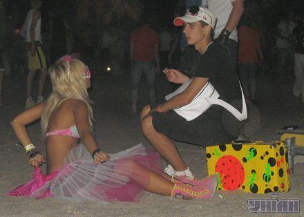 Посетители Казантипа отдыхают на пляже