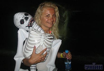 Посетительница Казантипа с надувным скелетом