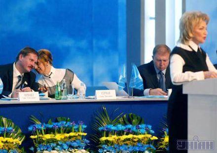 Ганна Герман, певно, нашіптує Тарасу Чорноволу на вушко партійні таємниці