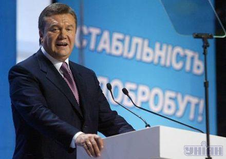 У Януковича з`явився новий помічник - суфлер (диво техніки з двох абсолютно прозорих пластин і лазерного проектора. Раніше подібне бачили тільки у Путіна і Буша.