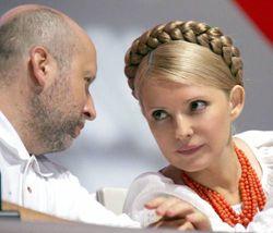 Юлія Тимошенко і Олександр Турчинов розмовляють у президії Міжпартійного з'їзду БЮТ. Київ, 5 серпня