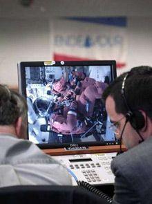 Члены экипажа Эндевора на мониторинге в Космическом центре НАСА им. Кеннеди (Reuters/NASA)
