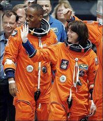 Учительница Барбара Морган и астронавт-специалист Элвин Дрю. (Photo AFP)